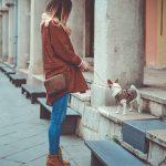 kobieta w brazowych botkach